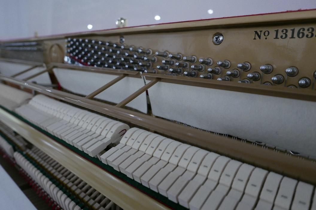 Piano_vertical_Konig_K109H_131639_detalle_mecanismo_clavijas_martillos_sordina_fieltro_segunda_mano