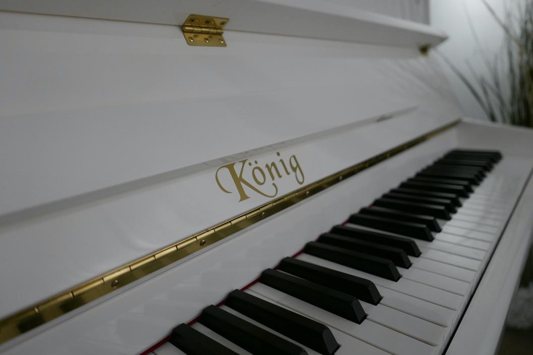Piano_vertical_Konig_K109H_131639_detalle_teclado_teclas_tapa_atril_bisagra_marca_segunda_mano