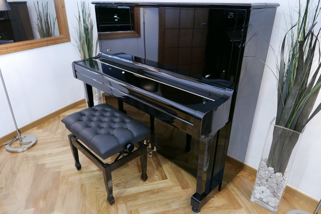 Piano_vertical_Boston_UP132PE_188503_detalle_vista_general_con_banqueta_tapa_cerrada_segunda_mano