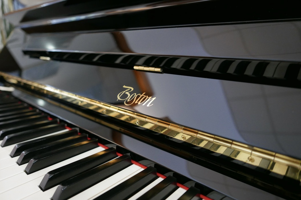 Piano_vertical_Boston_UP132PE_188503_detalle_teclado_teclas_bisagra_marca_tapa_atril_segunda_mano