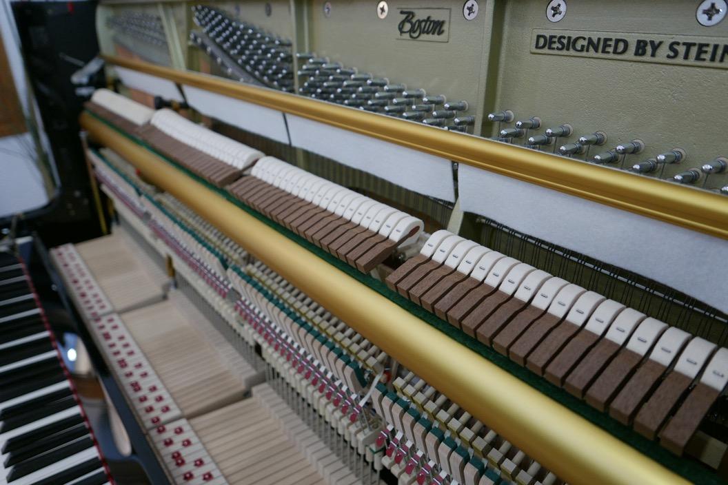 Piano_vertical_Boston_UP132PE_188503_detalle_mecanismo_martillos_sordina_barra_teclas_apagadores_segunda_mano
