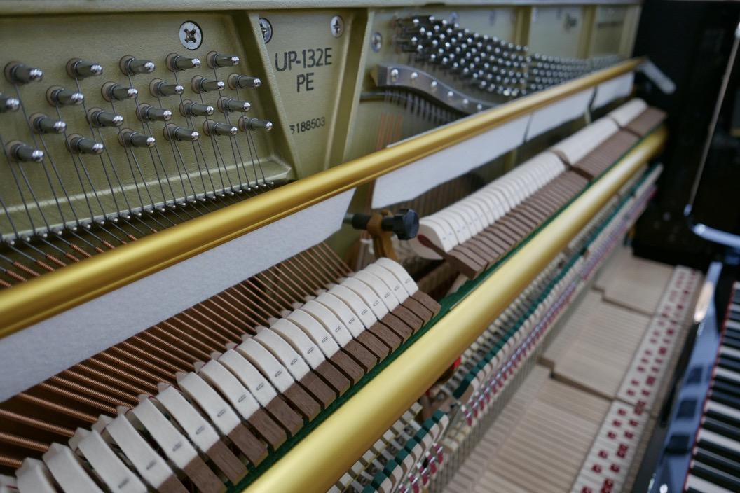 Piano_vertical_Boston_UP132PE_188503_detalle_mecanismo_martillos_sordina_barra_teclas_segunda_mano