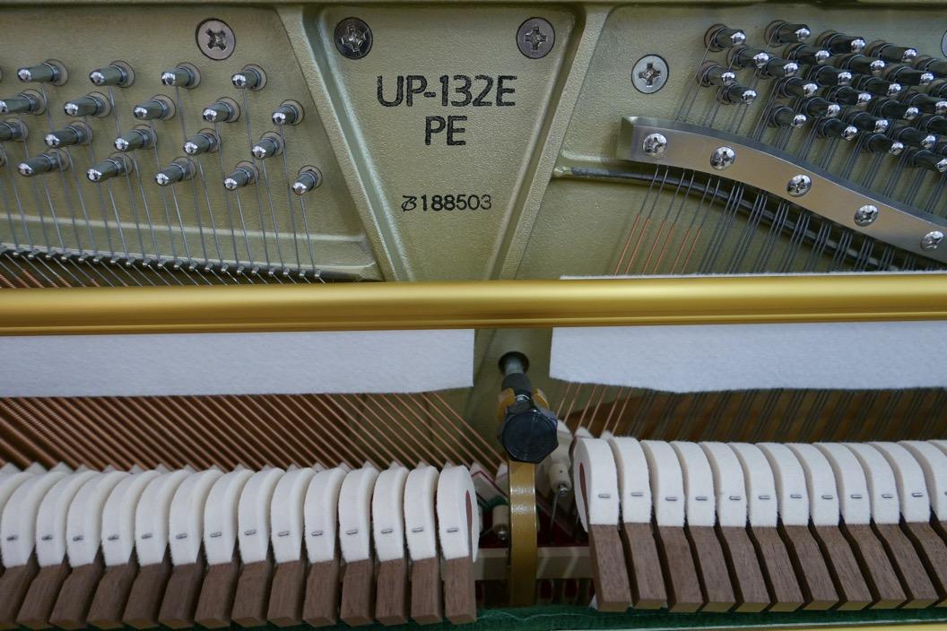 Piano_vertical_Boston_UP132PE_188503_detalle_mecanismo_martillos_sordina_modelo_numero_de_serie_bastido_clavijas_segunda_mano