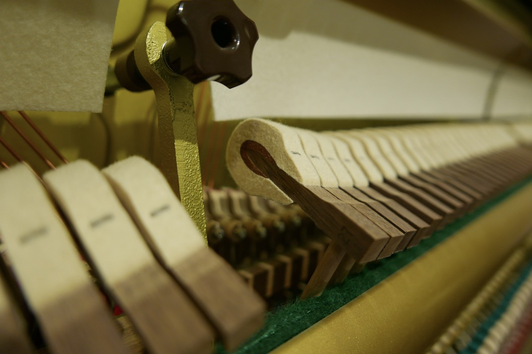 Piano_vertical_Yamaha_YUS3_6391807_detalle_macillos_martillos_segunda_mano