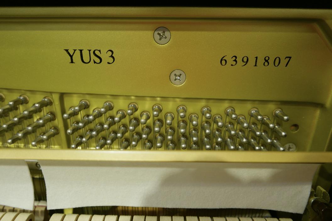Piano_vertical_Yamaha_YUS3_6391807_detalle_modelo_numero_de_serie_bastidor_clavijas-sordina_filetro_segunda_mano