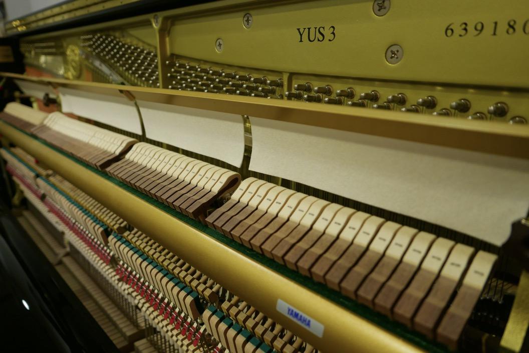 Piano_vertical_Yamaha_YUS3_6391807_detalle_modelo_sordina_filetro_macillos_segunda_mano