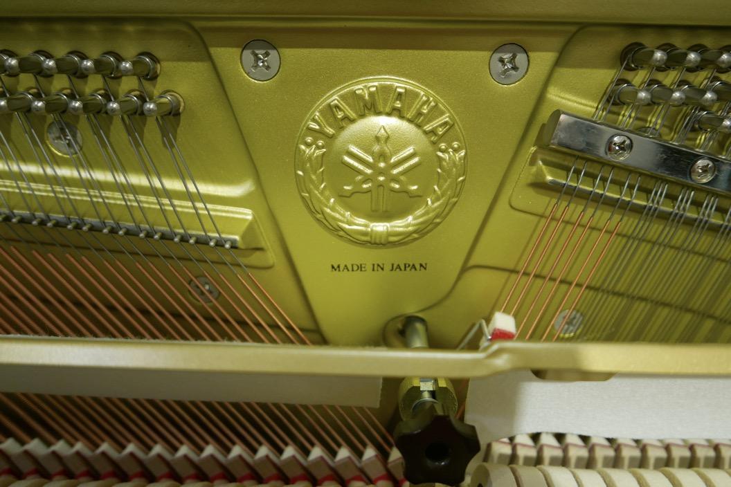 Piano_vertical_Yamaha_YUS3_6391807_detalle_logo_bastidor_sordina_segunda_mano