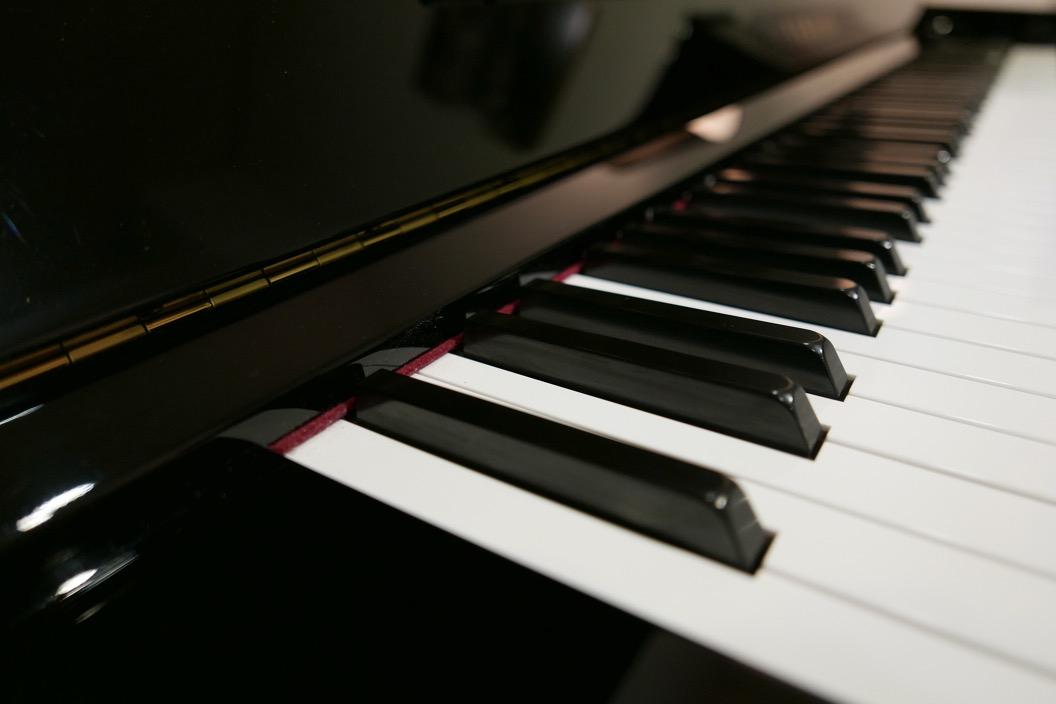 Piano_vertical_Yamaha_YUS3_6391807_detalle_teclado_teclas_bisagra_segunda_mano