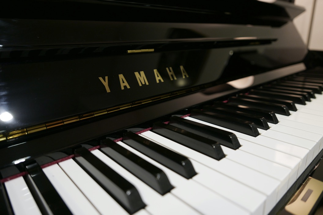 Piano_vertical_Yamaha_YUS3_6391807_detalle_teclado_teclas_bisagra_marca_tapa_atril_segunda_mano
