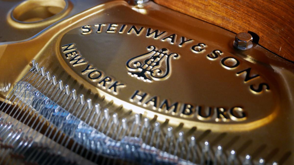 piano de cola nuevo SEMINUEVO. Steinway & Sons M170 Spirio #607508 detalle frima arpa