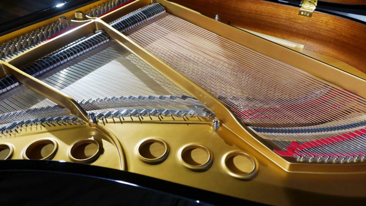 piano de cola nuevo SEMINUEVO. Steinway & Sons M170 Spirio #607508 vista lateral interior arpa mueble anillo