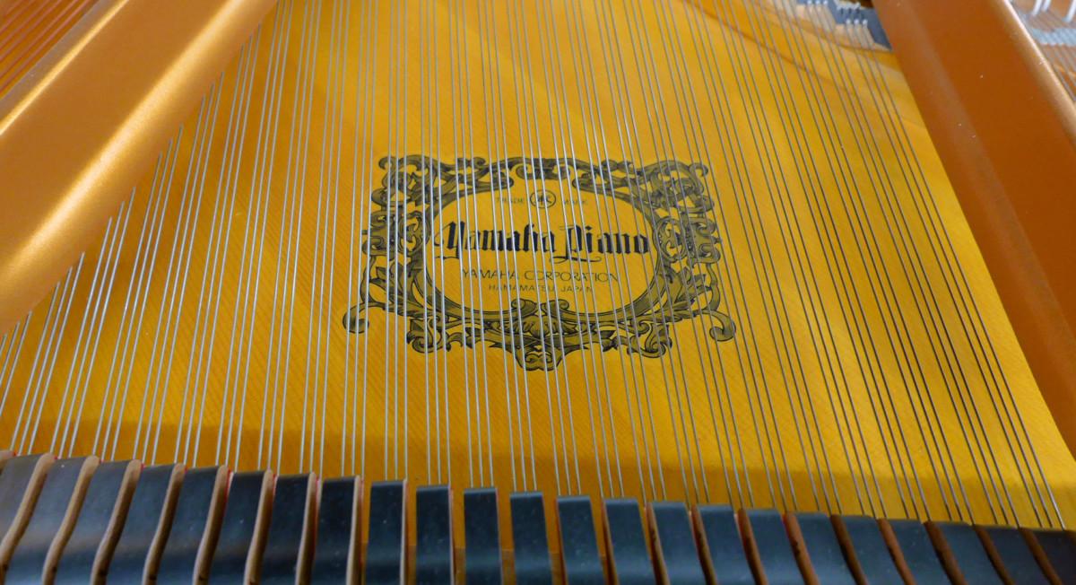 piano de cola Yamaha C7 #5847104 detalle marca tabla armonica cuerdas apagadores