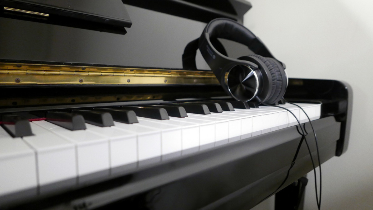 piano vertical Yamaha U100 Silent #5419204 detalle auriculares teclado