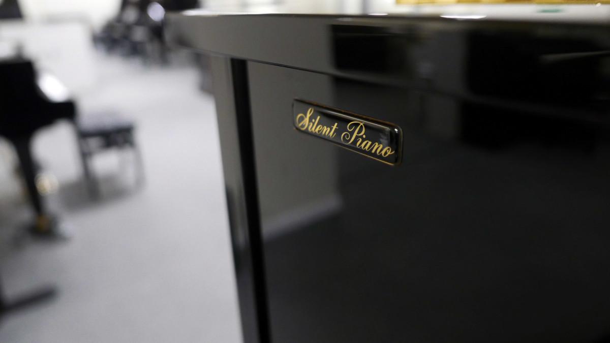 piano vertical Yamaha U100 Silent #5419204 detalle mueble sistema silent