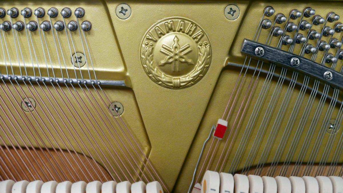 piano vertical Yamaha U100 Silent #5419204 sello marca cuerdas arpa