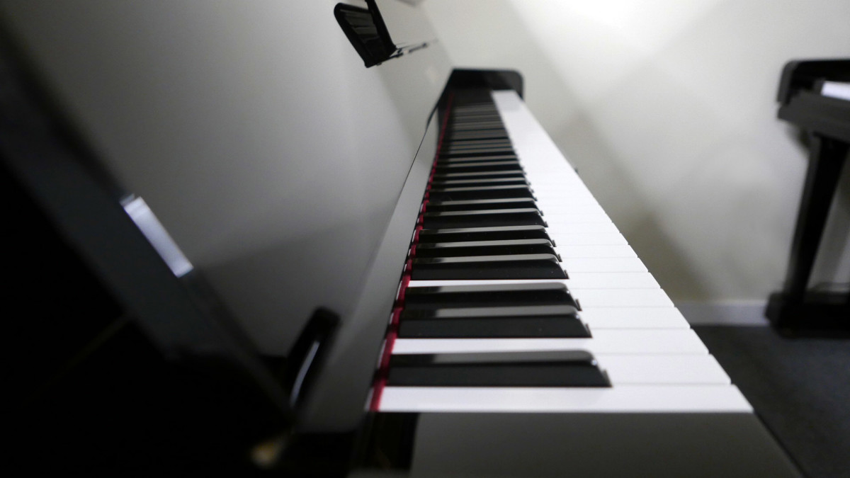 piano vertical Yamaha U100 Silent #5419204 vista lateral teclado teclas