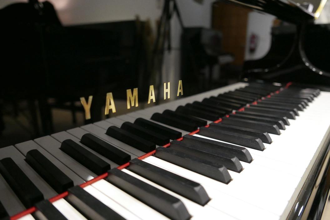 piano_de_cola_Yamaha_modelo_C3X_#66466965 _detalle_teclado_teclas_marca_tapa_segunda_mano