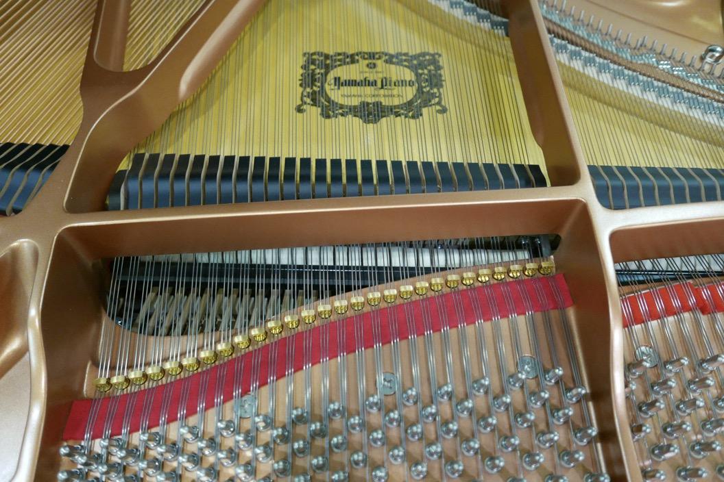 piano_de_cola_Yamaha_modelo_C3X_#66466965 _detalle_bastidor_clavijas_fieltros_apagadores_cuerdas_tabla_armonica_segunda_mano