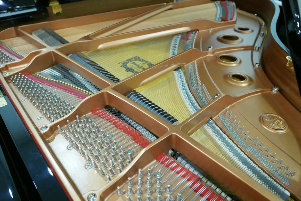 piano_de_cola_Yamaha_modelo_C3X_#66466965 _detalle_bastidor_clavijas_cuerdas_tabla_armonica_segunda_mano