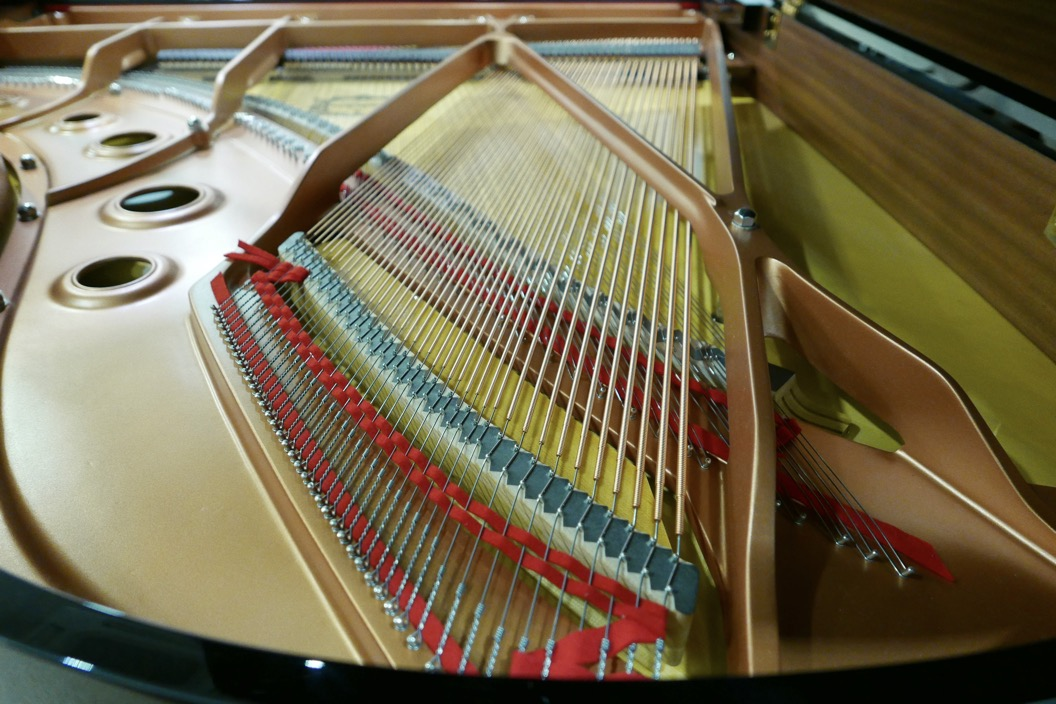 piano_de_cola_Yamaha_modelo_C3X_#66466965 _detalle_bastidor_cola_cuerdas_bordones_fieltros_segunda_mano