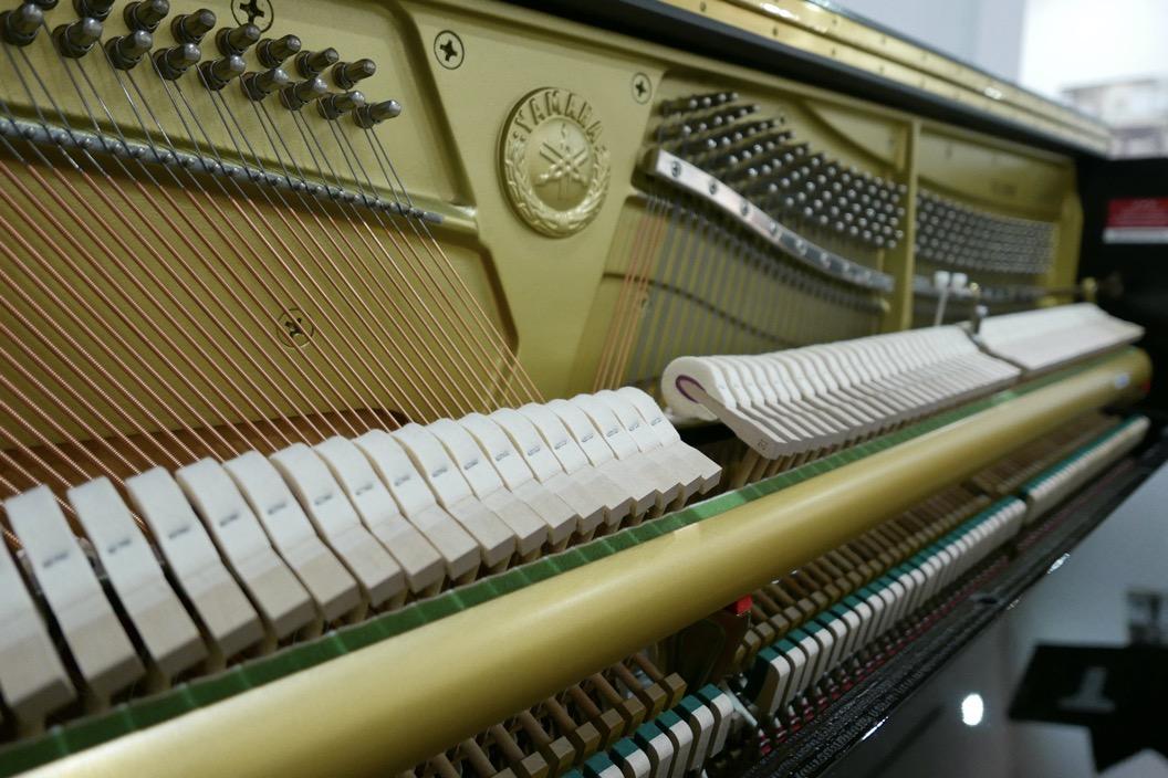 Piano_vertical_Yamaha_YU10_silent_6157227_detalle_mecanismo_bastidor_macillos_logo_segunda_mano