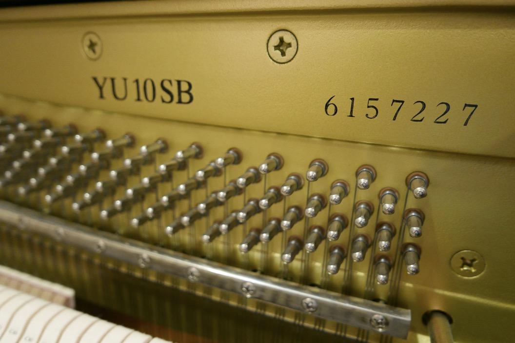 Piano_vertical_Yamaha_YU10_silent_6157227_detalle_bastidor_numero-de_serie_modelo_clavijas_segunda_mano