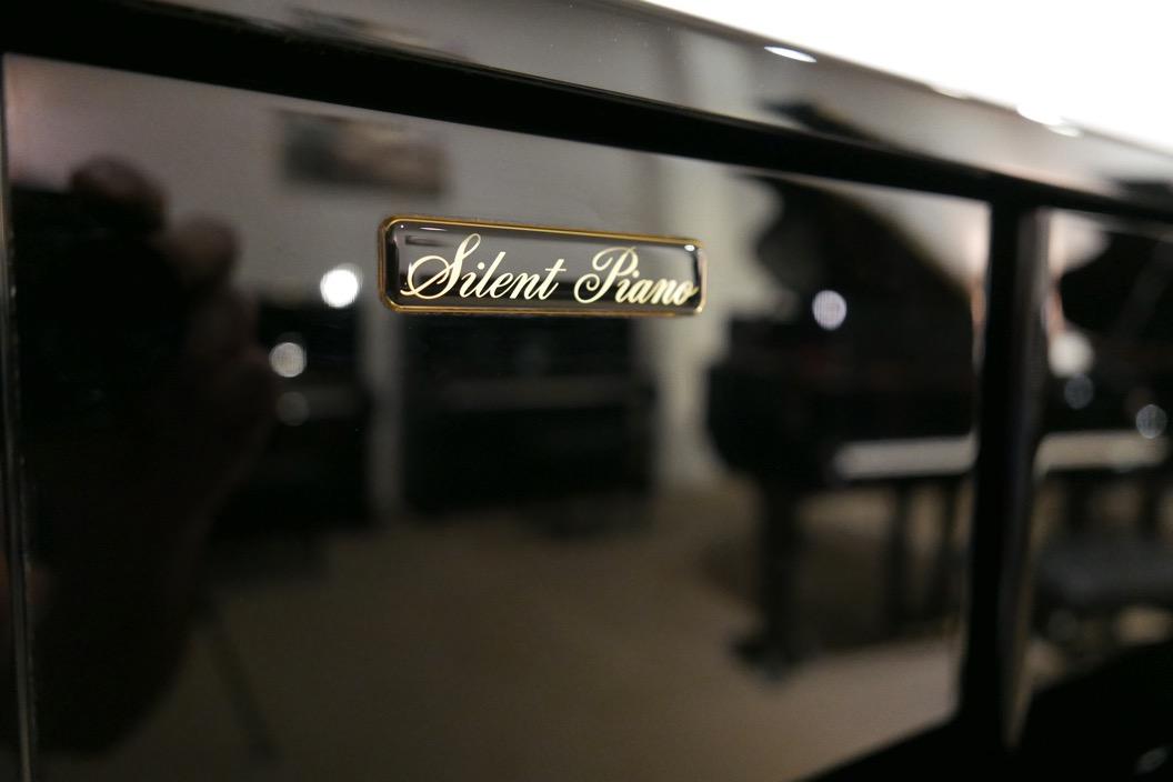 Piano_vertical_Yamaha_YU10_silent_6157227_detalle_mueble_placa_silent_segunda_mano