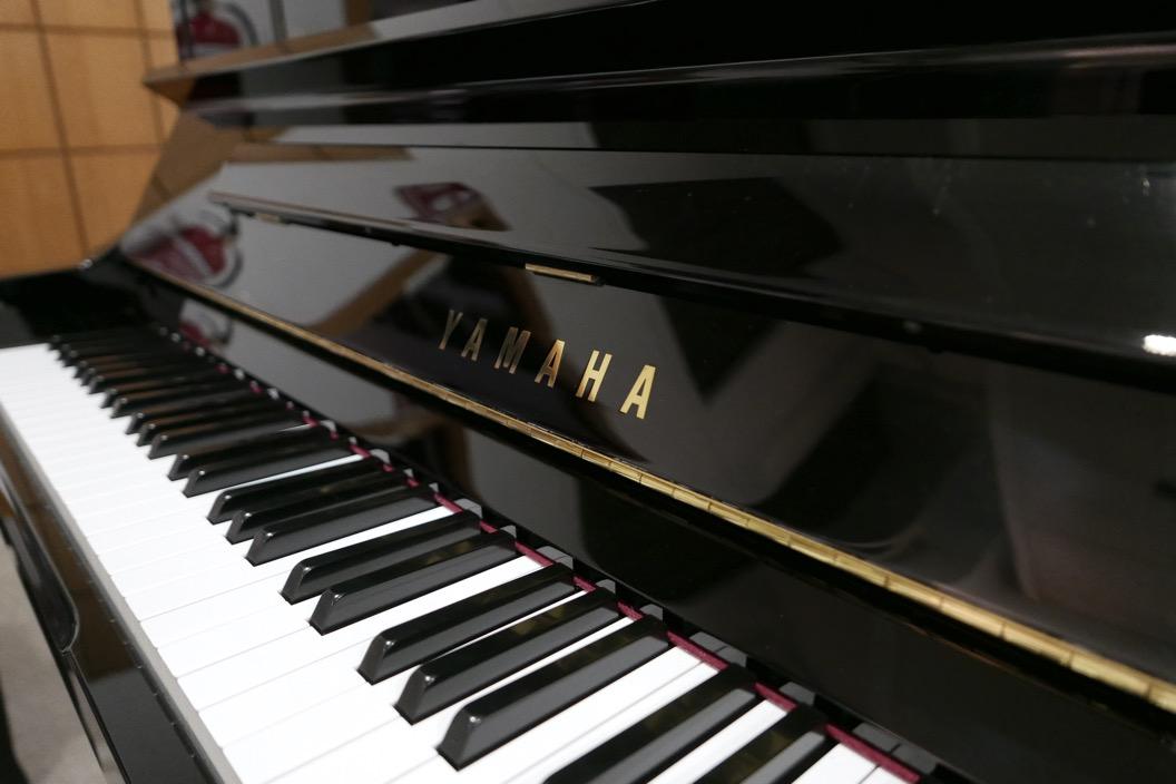 Piano_vertical_Yamaha_YU10_silent_6157227_detalle_teclado_atril_marca_teclas_bisagras_segunda_mano