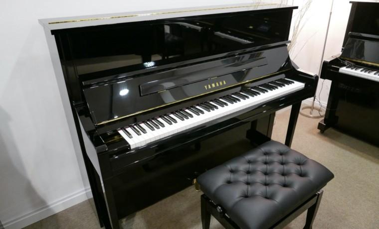 Piano_vertical_Yamaha_YU11_6327864_detalle_vista_general_con_banqueta_tapa_abierta_segunda_mano