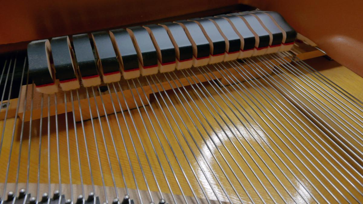 piano de cola Yamaha C3X #6366252 detalles apagadores cuerdas