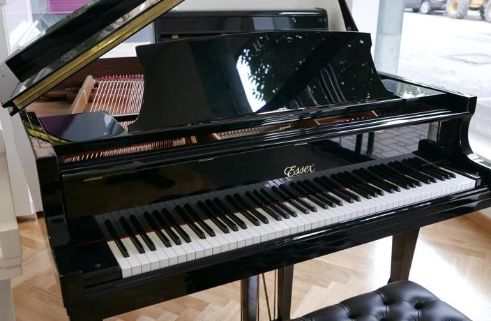 Piano_de_cola_Essex_EGP_155C_176596_detalle_mueble_vista_general_con_banqueta_tapa_abierta_segunda_mano