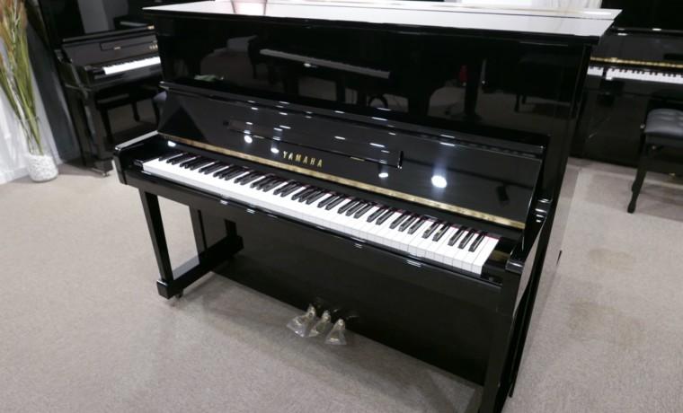 Piano_vertical_Yamaha_U10_4583775_detalle_mueble_vista_general_sin_banqueta_tapa_abierta_segunda_mano