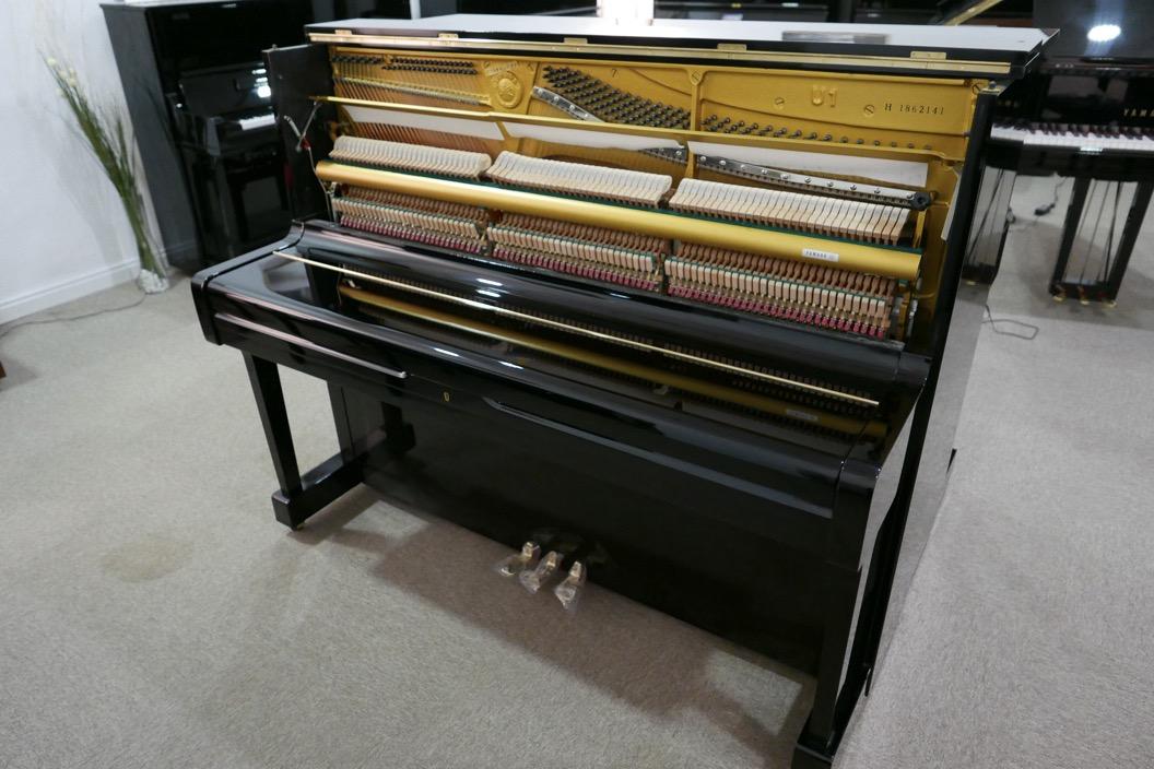 Piano_vertical_Yamaha_U1_1862141_detalle_mecanismo_vista_general_sin_banqueta_tapa_cerrada_segunda_mano