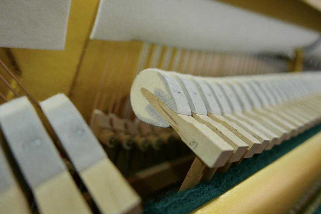 Piano_vertical_Yamaha_U1_1862141_detalle_mecanismo_macillos_martillos_fieltro_segunda_mano