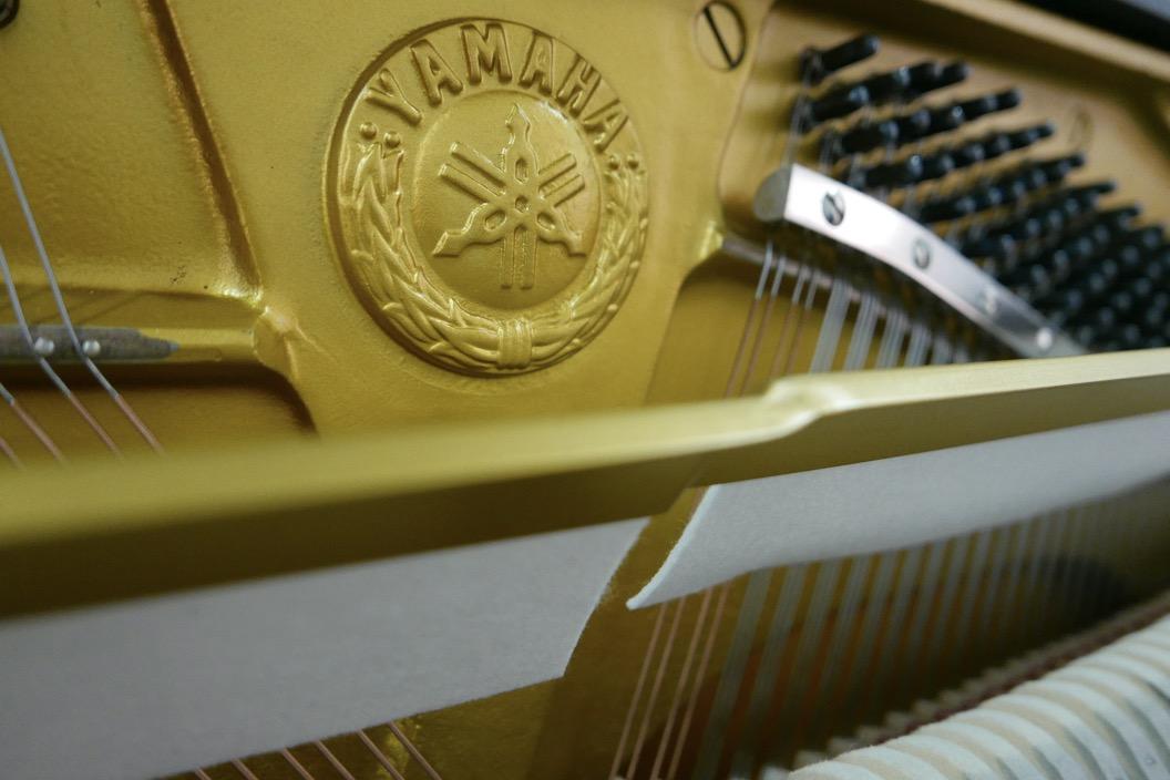 Piano_vertical_Yamaha_U1_1862141_detalle_mecanismo_bastidor_logo_yamaha_segunda_mano