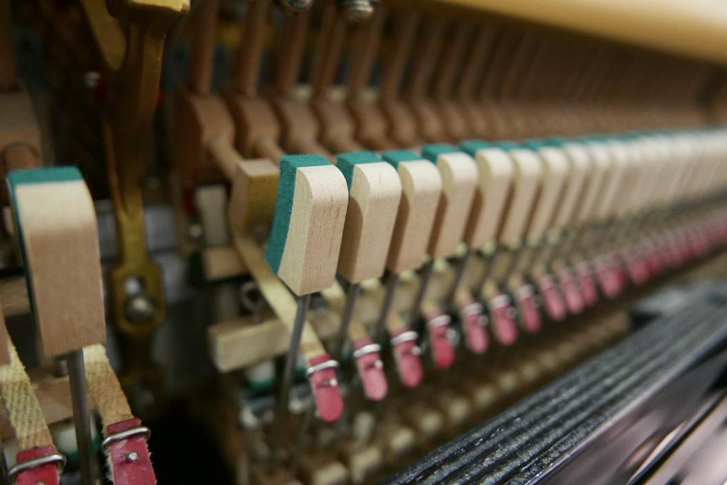 Piano_vertical_Yamaha_U1_1862141_detalle_mecanismo_basculas_apagadores_segunda_mano