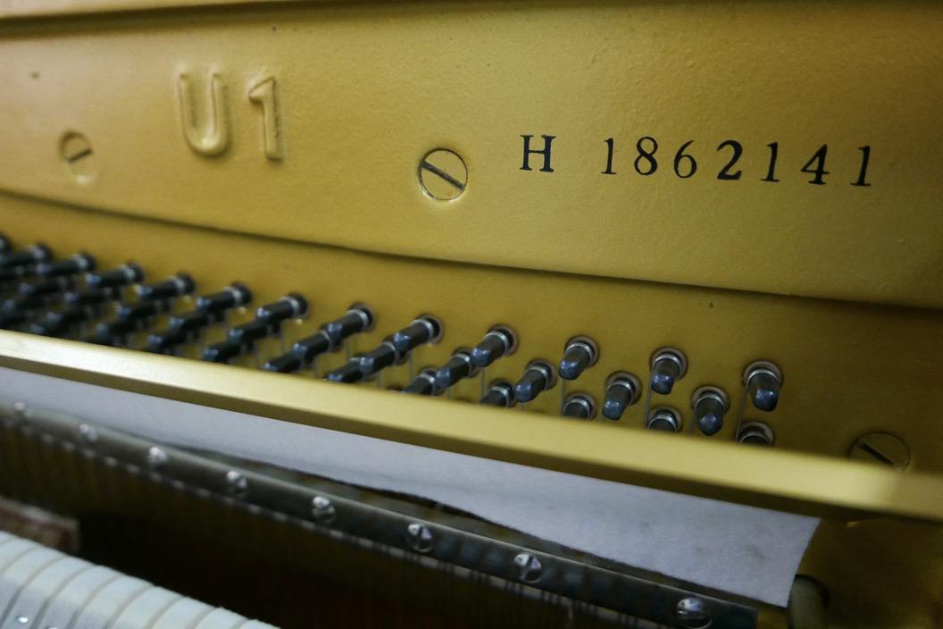Piano_vertical_Yamaha_U1_1862141_detalle_mecanismo_bastidor_modelo_numero_de_serie_segunda_mano