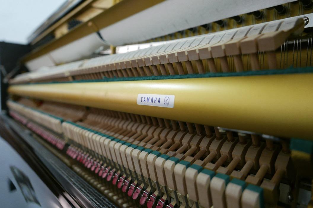 Piano_vertical_Yamaha_U1_1862141_detalle_mecanismo_barra_basculas_apagadores_filetro_macillos_segunda_mano