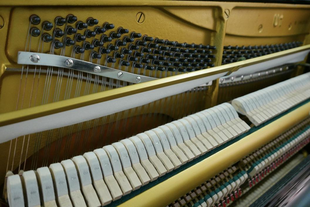 Piano_vertical_Yamaha_U1_1862141_detalle_mecanismo_bastidor_clavijas_martillos_sordina_fieltro_segunda_mano
