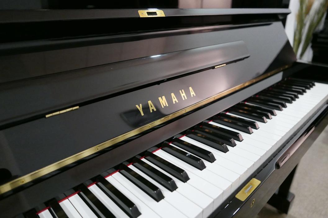 Piano_vertical_Yamaha_U1_1862141_detalle_mueble_teclado_teclas_marca_bisagras_atril_tapa_segunda_mano