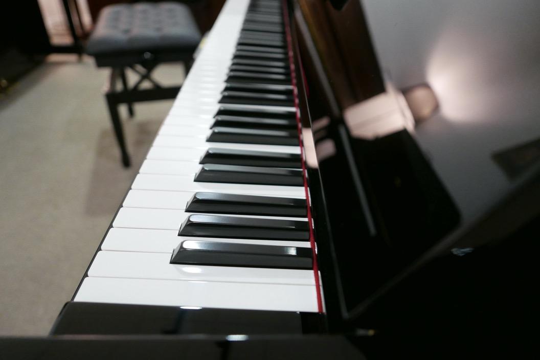 Piano_vertical_Yamaha_U1_1862141_detalle_mueble_teclado_teclas_tapa_segunda_mano