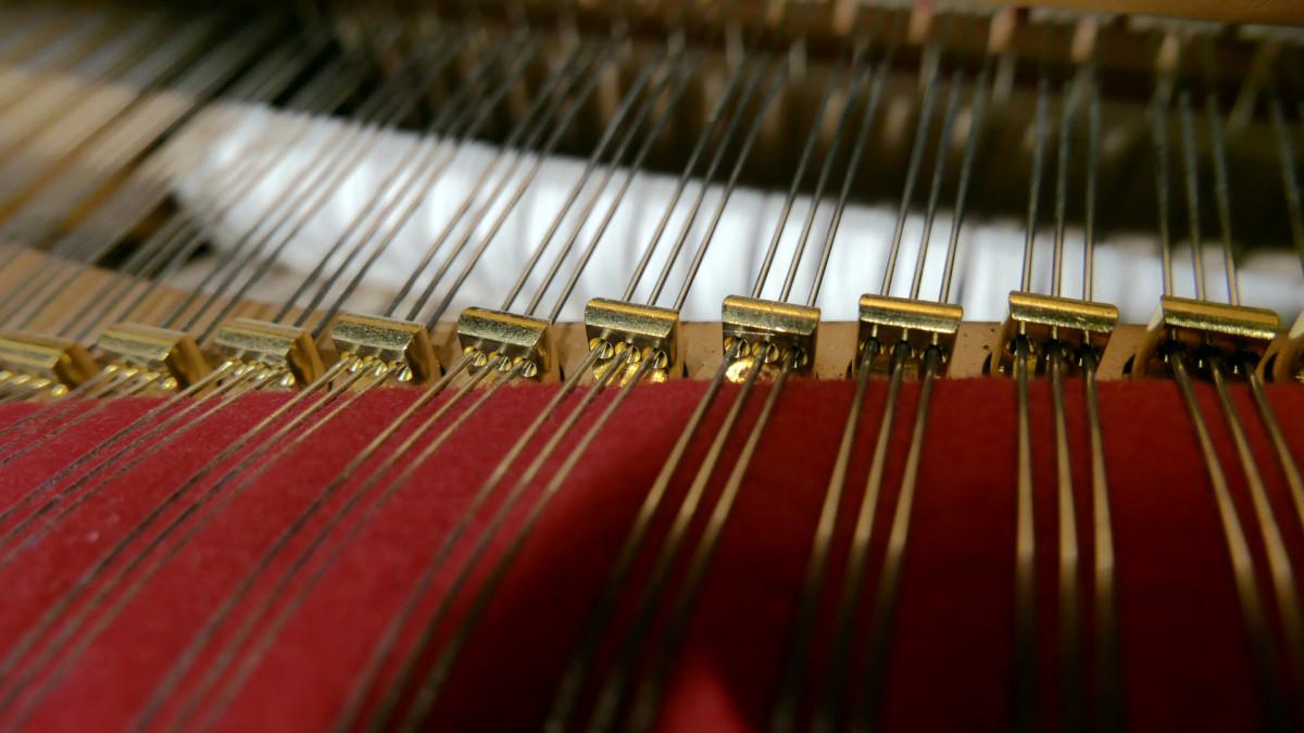 piano de cola Steinway & Sons O180 #109477 detalle agrafes fieltros cuerdas