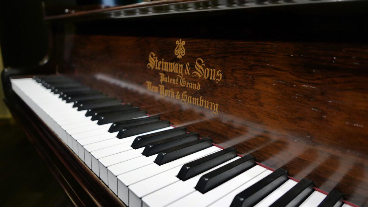 piano de cola Steinway & Sons O180 #109477 teclado teclas marca