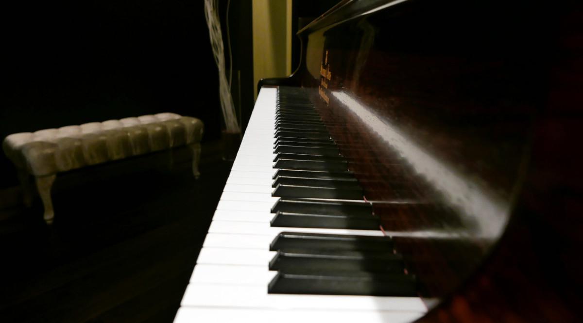piano de cola Steinway & Sons O180 #109477 vista lateral teclado teclas