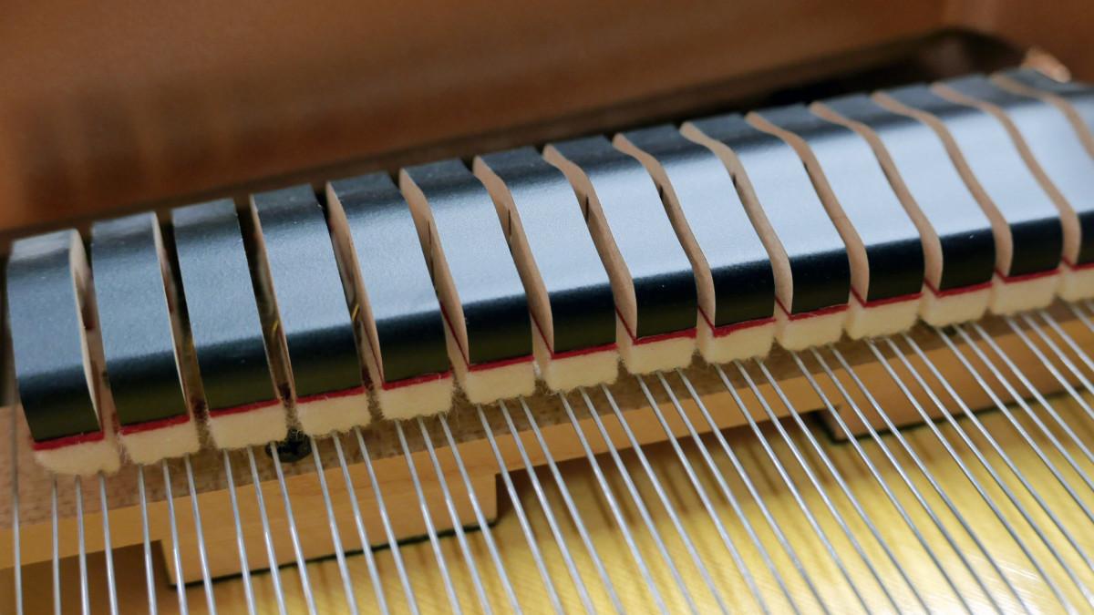 piano de cola Yamaha C3X #6349992 detalle apagadores cuerdas