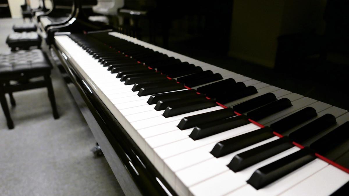piano de cola Yamaha C3X #6349992 vista lateral teclado teclas