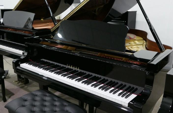 Piano_de_cola_yamaha_C3_4219506_detalle_mueble_vista_general_con_banqueta_tapa_abierta_segunda_mano