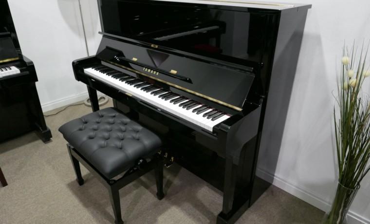 Piano_vertical_yamaha_U1_2902335_detalle_mueble_vista_general_con_banqueta_tapa_abierta_segunda_mano