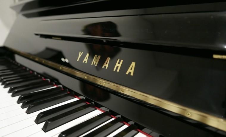 Piano_vertical_yamaha_U1_2902335_detalle_mueble_teclas_teclado_marca_tapa_atril_bisagra