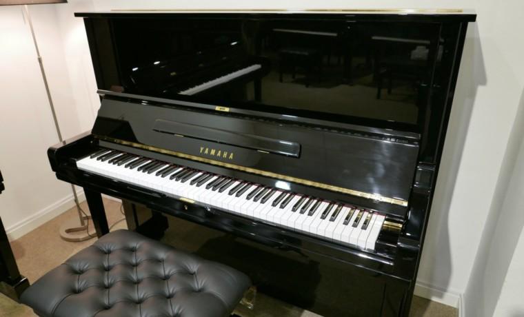 Piano_vertical_yamaha_U3_3244681_detalle_mueble_vista_general_con_banqueta_tapa_abierta_segunda_mano